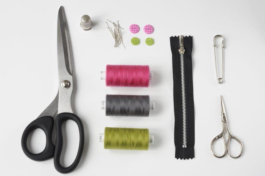 Ciseaux de couture, bobines de fil, dé à coudre, boutons, fermeture éclair, épingle à nourrice, épingles, ciseaux à fil