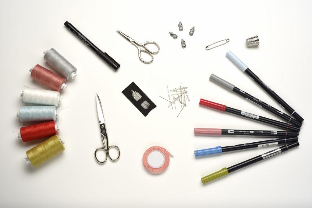 Matériel pour coudre : bobine, aiguilles, ciseaux, épingles, dé à coudre, épingle à nourrice, ruban, feutres